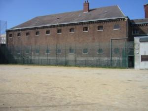 L'aile du commun photographiée depuis le terrain de football, à l'emplacement de l'aile détruite pendant la Seconde guerre mondiale