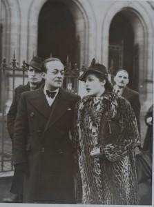 Photographie extraite de la collection Philippe Zoummeroff. Mariage de Serge de Lenz à la mairie du XVIème arrondissement à Paris.
