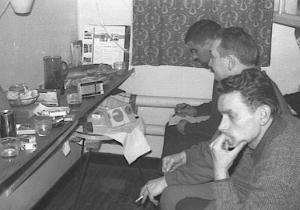 Des détenus écoutent sur des transistors les résultats des élections présidentielles de 1965. Photographie d'Armand Belvisi
