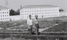 Les bâtiments A et B. Des détenus dans les jardins potagers. Photographie d'Armand Belvisi