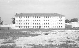 Le bâtiment B. il avait hébergé des détenus FLN avant les prisonniers OAS. Photographie d'Armand Belvisi