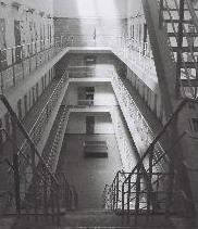 Les coursives de l'un des deux bâtiments. photographie d'Armand Belvisi
