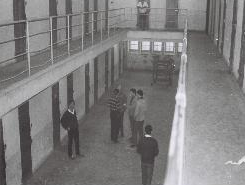 Les détenus attendent la distribution de la nourriture. photographie d'Armand Belvisi
