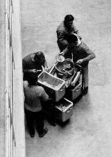 Les délégués des détenus goûtent la qualité de la nourriture avant sa distribution. Photographie d'Armand Belvisi