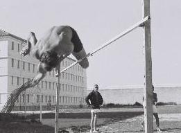 Athlétisme dans la cour de la détention. Photographie d'Armand Belvisi.