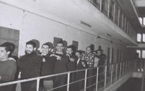 Une farandole en détention à l'occasion d'une fête. Photographie d'Armand Belvisi