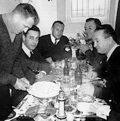 Un repas d'anniversaire dans un réfectoire d'officiers. Photographie d'Armand Belvisi