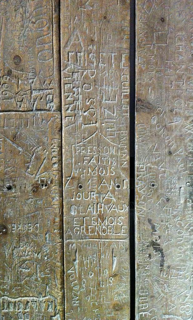 Un bas-flanc gravé par des détenus (fin du 19e-début du 20e siècle). Collection de l'ENAP