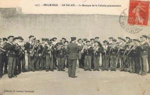La fanfare de la colonie (source image : site de vente en ligne)
