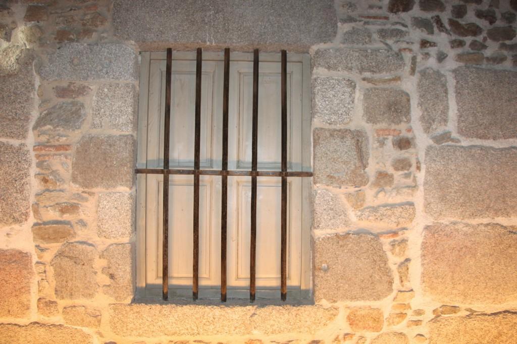 L'une des rares croisées du château encore pourvue de ses barreaux