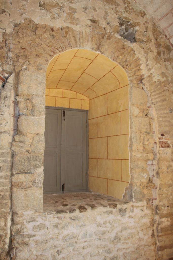 Croisée permettant aux prisonniers d'assister à l'office religieux depuis un dortoir de détention