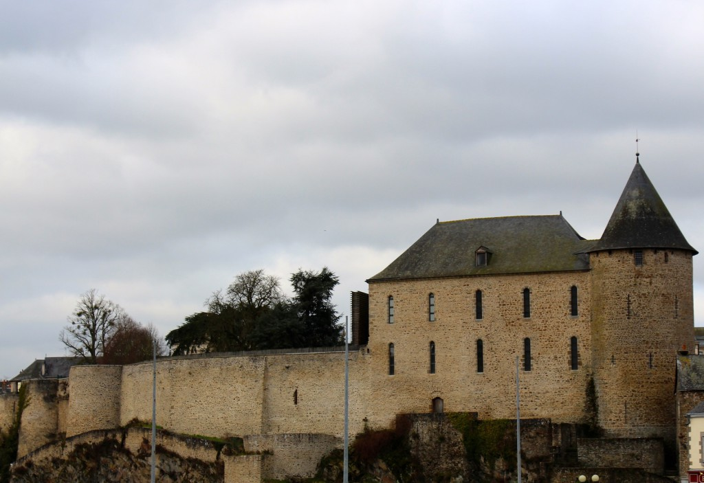 La façade du château dominant la Mayenne