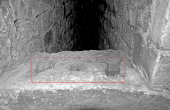 Fig. 10. Château de Selles. Niveau 2. Tour 4. Archère du milieu. Détail des traces de barreaux (LANI, M., 2014).