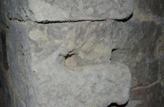 Fig. 15. Château de Selles. Niveau 2. Couloire d'accès à la tour 4. Vestiges d'un système de fermeture des portes (LANI, M., 2014).