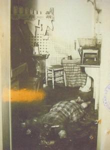 Photographie de la scène du crime. La victime, madame Pierre Vitel, dans sa cuisine. Archives départementales de Seine-Maritime
