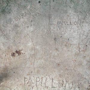 Graffitis dans une cellule du quartier disciplinaire du camp de la transportation, années 2010, collection CIAP de Saint-Laurent-du-Maroni/collection privée Michel Pierre.