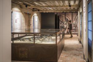 Espace muséographique dédié à la période carcérale, maquette en 1er plan, crédit David Darrault-Abbaye Royale de Fontevraud.