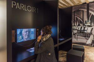 Espace muséographique dédié à la période carcérale, le parloir « revisité », crédit David Darrault-Abbaye Royale de Fontevraud.