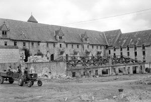 Démolition des ateliers pénitentiaires le long du flanc sud de la centrale, © Service Régional de l'Inventaire, Région des Pays de Loire.