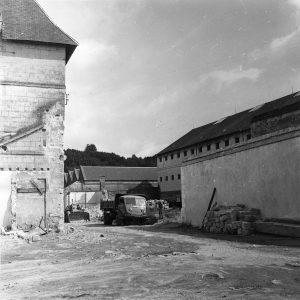 La centrale de Fontevraud en cours de démolition, à droite le quartier cellulaire d'isolement vit ses derniers jours, © École nationale d'administration pénitentiaire.