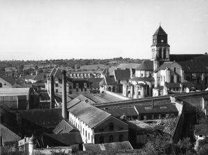 Plan rapproché sur la centrale de Fontevraud par le flanc nord, vers 1950, © École nationale d'administration pénitentiaire.