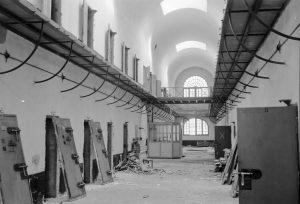 Vue intérieure du quartier cellulaire d'isolement en cours de démolition, 1963, © Service Régional de l'Inventaire, Région des Pays de Loire.