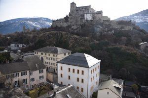 Vue d'ensemble de la colline et du bourg fortifié de Valère en direction du sud, avec les bâtiments de l'Ancienne Chancellerie et du Pénitencier au premier plan. © Musées cantonaux du Valais, Sion. ©Muriel Pozzi-Escot