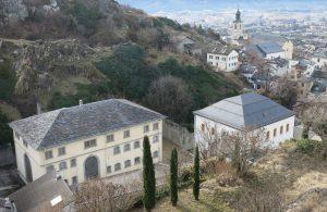 Fig. 4 : Vue du complexe pénitentiaire et de la ville de Sion depuis la colline de Tourbillon en direction du sud-ouest. © Musées cantonaux du Valais, Sion. Muriel Pozzi-Escot