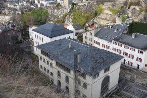 Fig. 3 Vue du complexe pénitentiaire depuis la colline de Valère en direction du nord. © Musées cantonaux du Valais, Sion. Rémy Goujon