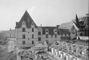 Fig. 4. Destruction de bâtiments au chevet de l'abbatiale, 1963. Cl. P. Giraud ® Région des Pays de la Loire © CCO.