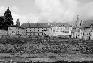 Fig. 5. Terrassement des matériaux de destruction pour former des jardins, 1963-1967. Cl. P. Giraud ® Région des Pays de la Loire © CCO.