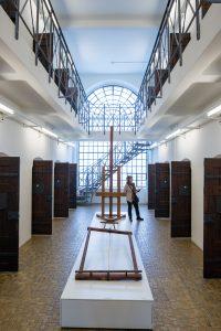 Fig. 9 : L'espace central du Pénitencier de 1913 avec le cellulaire des 1er et 2e étages. © Musées cantonaux du Valais, Sion. Olivier Maire, photo-genic.ch, Sion