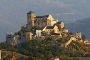 Fig. 11 : La colline et le bourg fortifié de Valère à Sion, siège du Musée d'histoire du Valais. © Musées cantonaux du Valais, Sion. Benoît Aymon