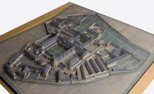 Fig. 15. Maquette de la maison centrale de détention, vers 1890-1900, bois, carton et matériaux divers peints, 2,42x2,32x0,15 m. Cl. P. Giraud © Région des Pays de la Loire.