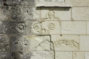 Fig. 25. Graffiti ornant un contrefort du réfectoire. Cl. P. Giraud © Région des Pays de la Loire.