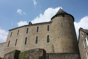 Fig. 1 Château de Mayenne vue de la rivière, © Musée du château de Mayenne.