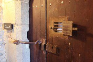 Fig. 17 Porte donnant sur l'aula carolingienne, ©Leb Communication.
